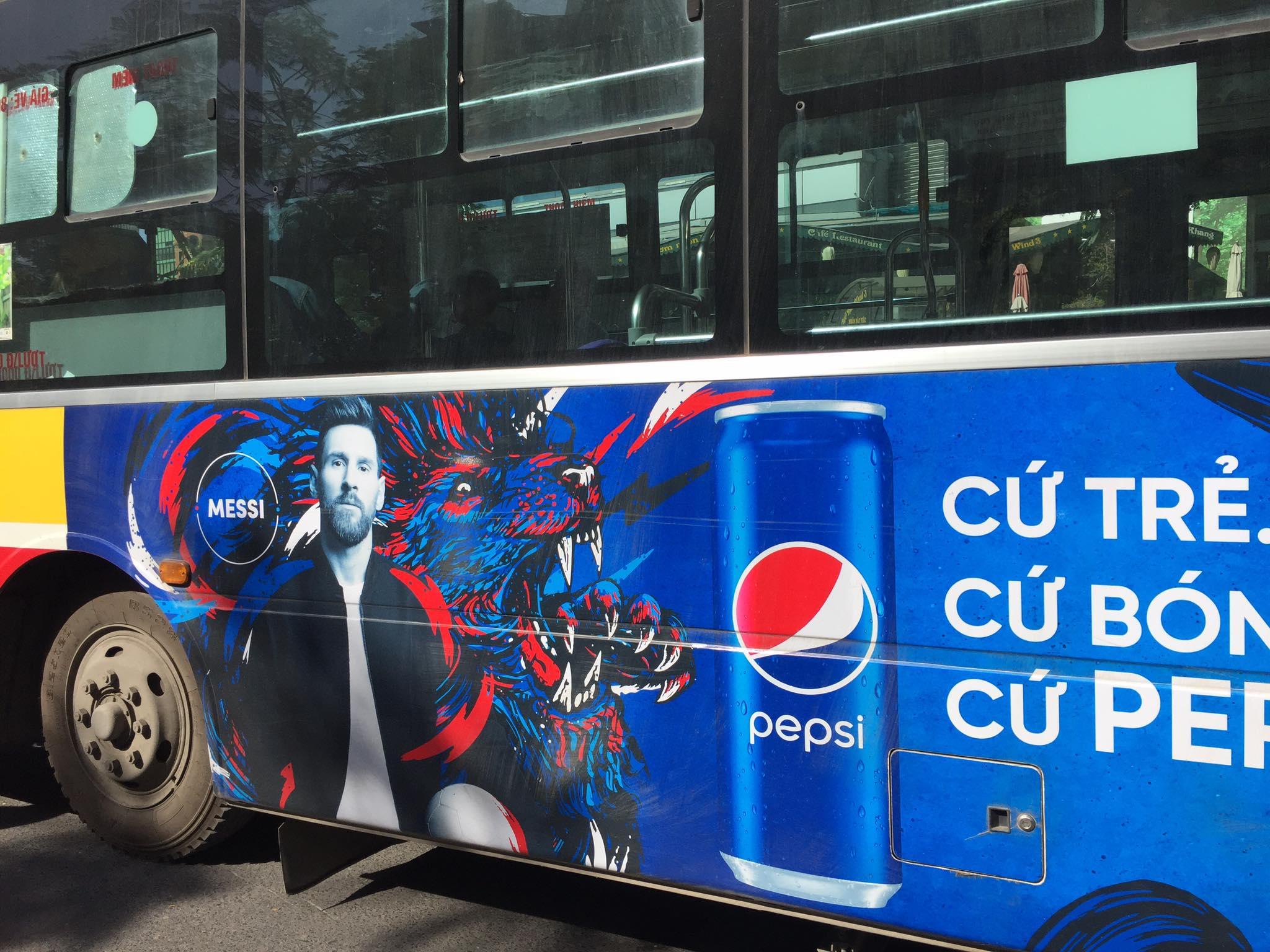 messi quảng cáo trên xe buýt