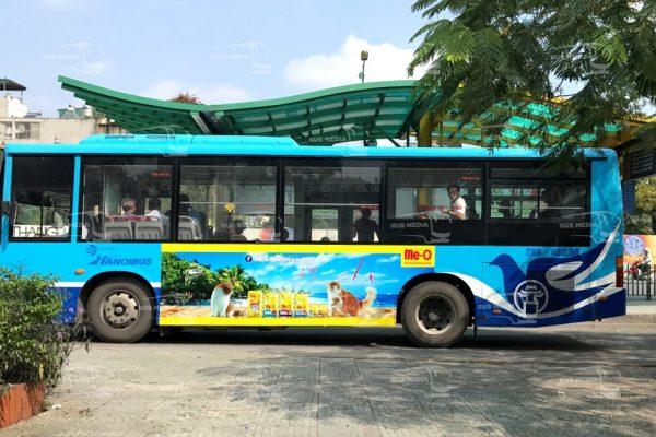 Thức ăn cho mèo Meo-o quảng cáo trên xe buýt tại Hà Nội