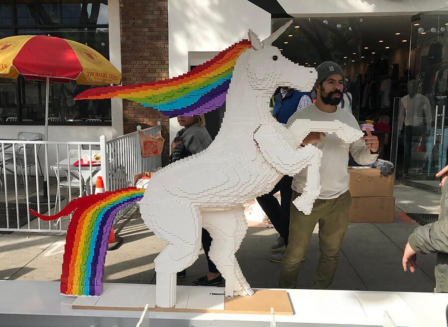 lego rainbow unicorn quảng cáo nhà chờ xe buýt