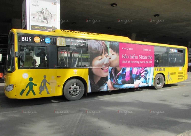 Quảng cáo trên xe buýt tại sân bay